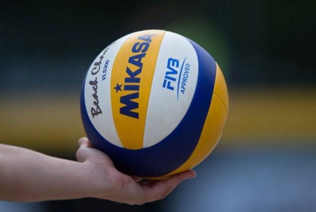 https: img.okezone.com content 2020 12 08 43 2324013 teknik-servis-atas-dan-bawah-dalam-permainan-bola-voli-CUzYkxV38s.jpg