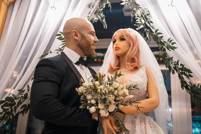 https: img.okezone.com content 2020 12 08 612 2324133 kisah-binaragawan-menikahi-boneka-seks-pujaan-hatinya-81HvdkpsDU.jpg