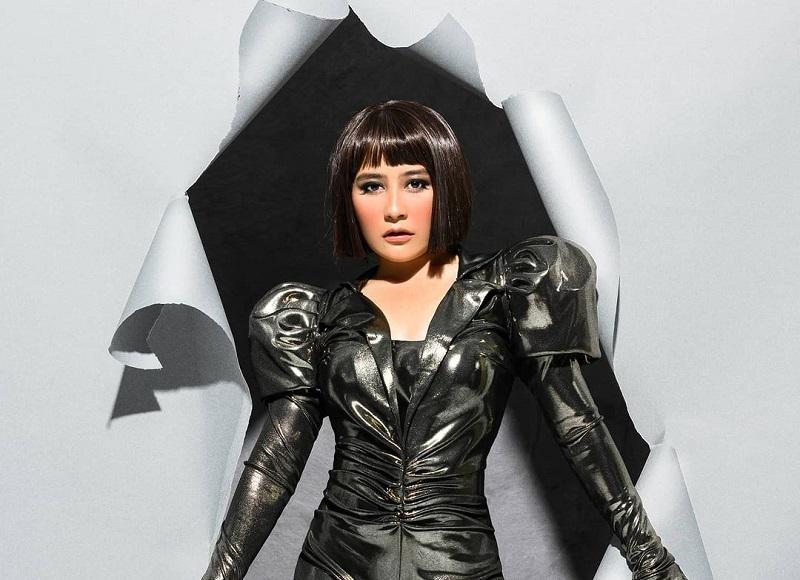 https: img.okezone.com content 2020 12 09 194 2324408 prilly-latuconsina-cantik-tampil-bold-netizen-selena-gomez-indonesia-nih-FglWUijdsJ.jpg