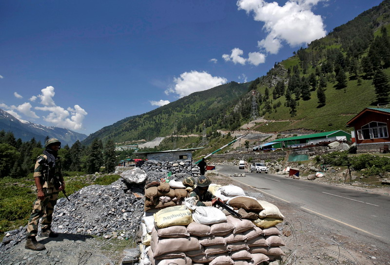 https: img.okezone.com content 2020 12 10 18 2325082 bentrok-dengan-india-di-perbatasan-kashmir-2-tentara-pakistan-tewas-JEZxmKDN6D.jpg