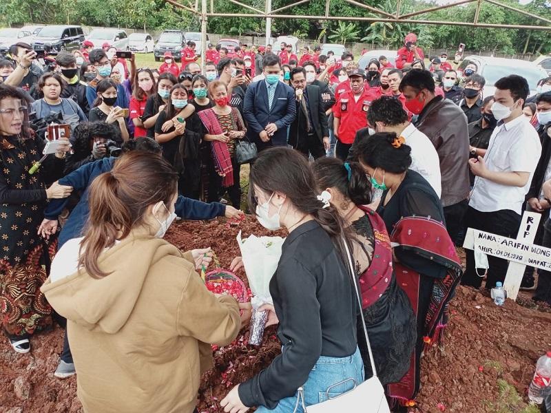 https: img.okezone.com content 2020 12 10 33 2325136 tangis-haru-keluarga-iringi-pemakaman-melisha-sidabutar-zTWgrCUEK2.jpg