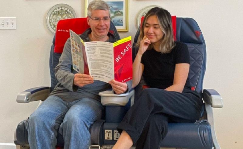 https: img.okezone.com content 2020 12 10 612 2325189 viral-rindu-traveling-seorang-ayah-beli-sepasang-kursi-pesawat-AgYRvSmMqw.jpg