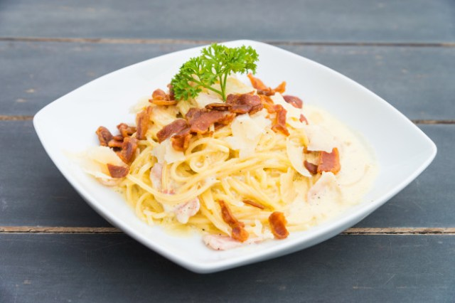 https: img.okezone.com content 2020 12 11 298 2325831 lezatnya-spaghetti-carbonara-ala-rumahan-rasa-gurih-manis-menyatu-EFpeDVzpKh.jpg