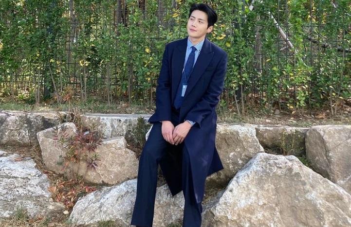 https: img.okezone.com content 2020 12 11 33 2325736 kaget-popularitas-naik-kim-seon-ho-menangis-lihat-dukungan-fans-GMDi5kYrAq.jpg
