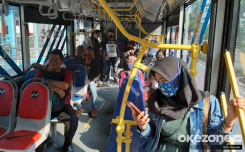 https: img.okezone.com content 2020 12 11 338 2325842 keluhkan-bau-rokok-tercium-di-bus-transjakarta-netizen-baju-jadi-bau-gmVRCvhw9p.jpg