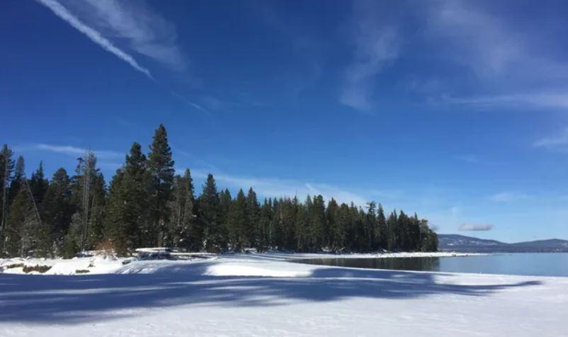 https: img.okezone.com content 2020 12 11 406 2325839 corona-menggila-danau-tahoe-di-california-resmi-tutup-sementara-9guHZbkng3.JPG