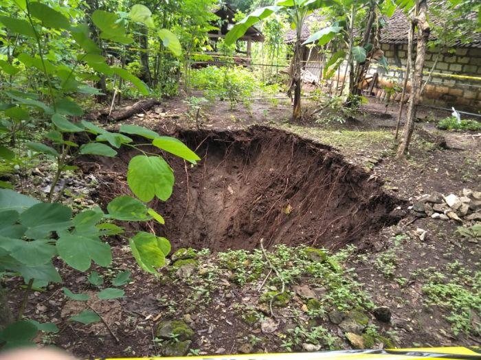 https: img.okezone.com content 2020 12 11 510 2326129 memasuki-musim-hujan-tanah-ambles-mulai-terjadi-di-gunungkidul-7lisjPje73.jpg