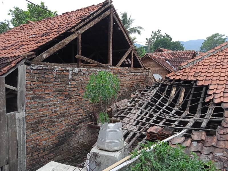 https: img.okezone.com content 2020 12 11 525 2325964 23-rumah-warga-kuningan-rusak-akibat-gempa-brebes-tz1rwHjLpU.jpg
