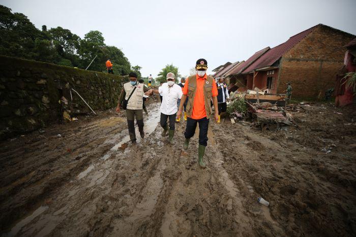 https: img.okezone.com content 2020 12 11 608 2326164 tinjau-penanganan-banjir-di-deli-serdang-doni-monardo-gelontorkan-dana-rp500-juta-S2JiQpOIKL.jpg