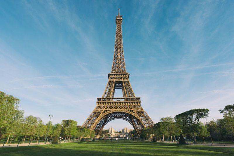 https: img.okezone.com content 2020 12 12 620 2326480 menara-eiffel-jadi-tempat-wisata-paling-banyak-dikomplain-kok-bisa-1goWBl1ci6.jpg