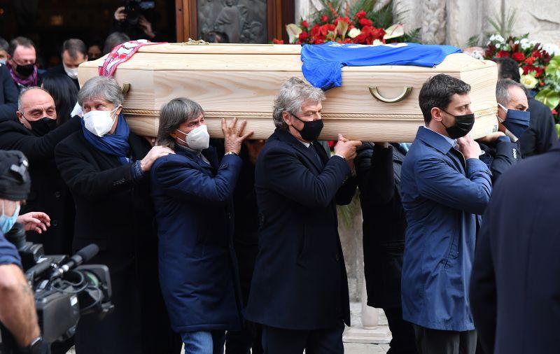 https: img.okezone.com content 2020 12 13 47 2326792 ribuan-pelayat-hadiri-pemakaman-rossi-di-italia-nEduAdMytR.jpg