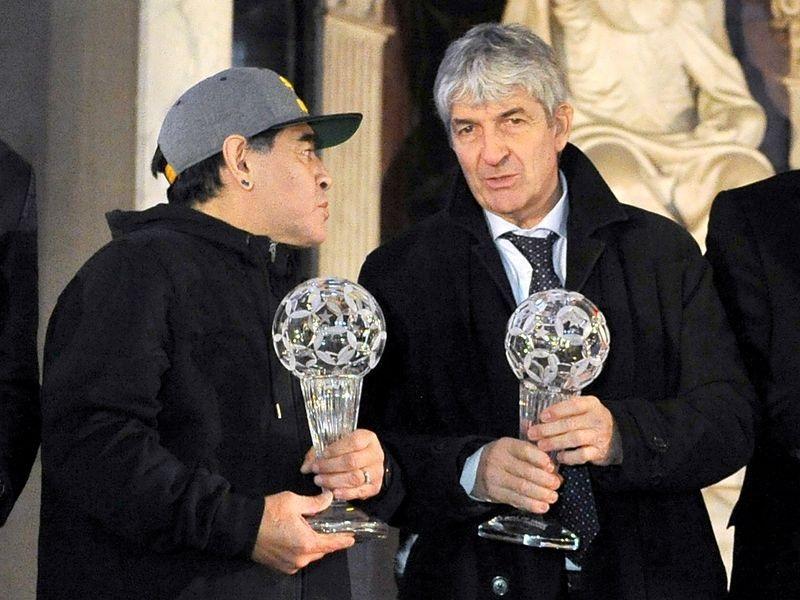https: img.okezone.com content 2020 12 13 47 2326919 paolo-rossi-dan-diego-maradona-bintang-sepakbola-dekade-1980-yang-meninggal-berdekatan-QFuMj457Jg.jpg