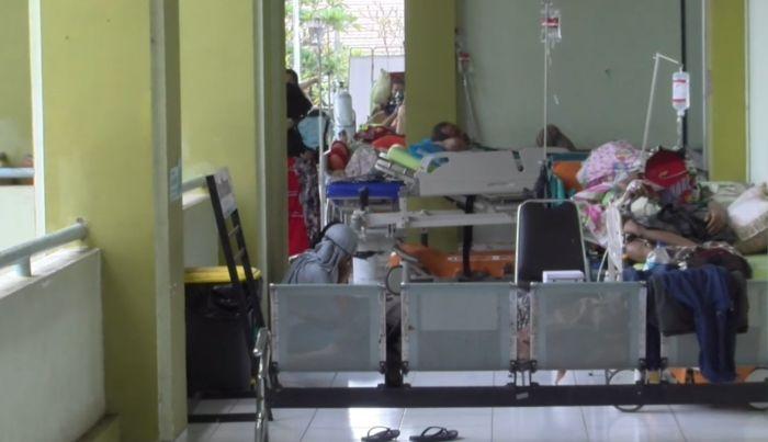 https: img.okezone.com content 2020 12 13 512 2326611 ruang-isolasi-penuh-puluhan-pasien-pdp-corona-dirawat-di-lorong-rumah-sakit-SABuBuHCJ7.jpg