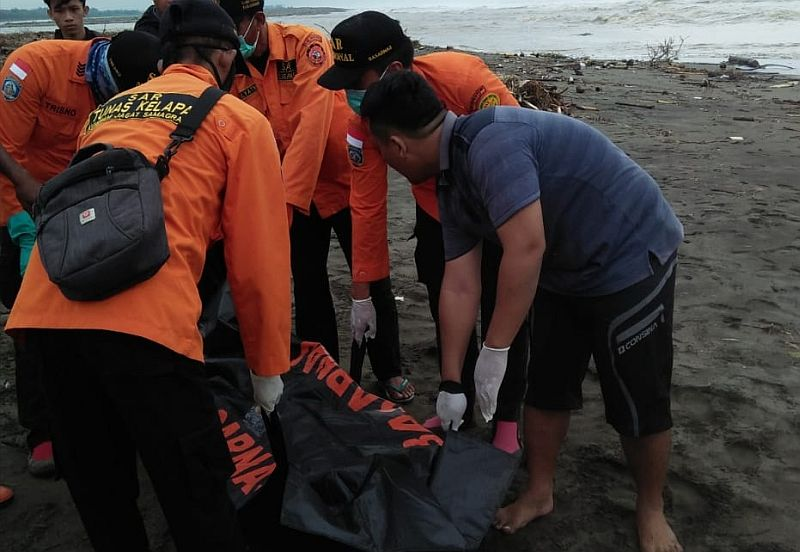 https: img.okezone.com content 2020 12 13 512 2326699 jenazah-remaja-ini-hanyut-sejauh-12-km-usai-hanyut-di-sungai-ej9KF4B6aR.jpg