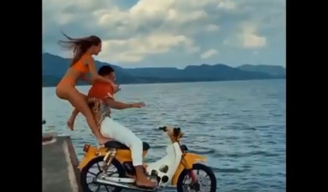 https: img.okezone.com content 2020 12 14 244 2327209 viral-sepasang-bule-terjun-ke-laut-pakai-sepeda-motor-polisi-turun-tangan-xvJiTnw3lB.JPG