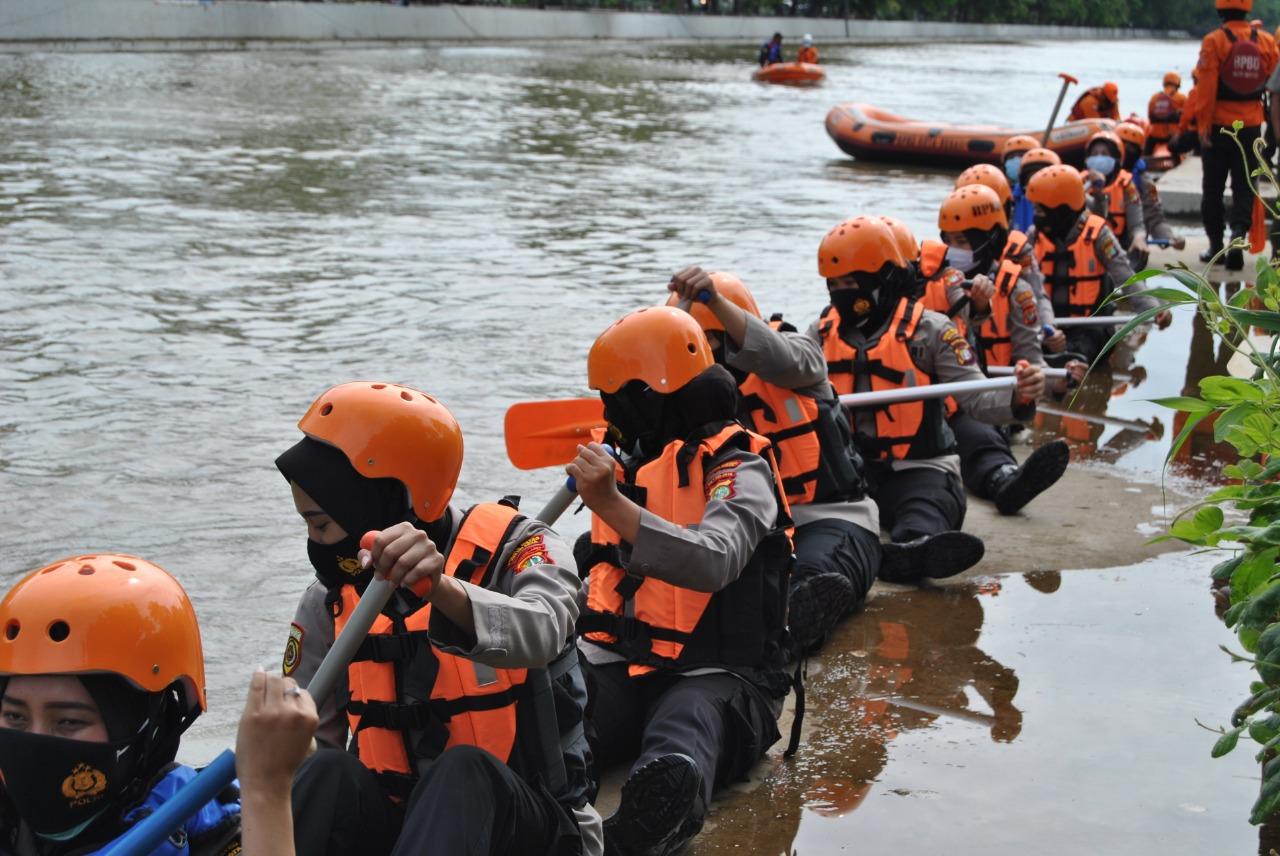 https: img.okezone.com content 2020 12 14 338 2327416 ketika-polwan-cantik-latihan-selamatkan-korban-banjir-KIANAiYTd1.jpg