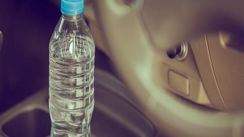 https: img.okezone.com content 2020 12 14 52 2327134 jangan-tinggalkan-botol-air-plastik-di-mobil-begini-bahayanya-9AMGHiu7wo.jpg