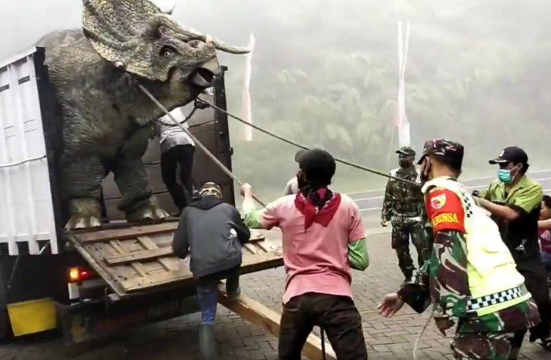 https: img.okezone.com content 2020 12 15 408 2327812 viral-dinosaurus-turun-dari-truk-di-magetan-netizen-takjub-51teSbB9MS.jpg