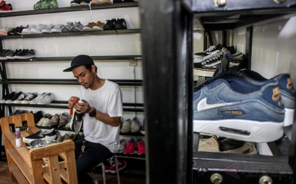 https: img.okezone.com content 2020 12 15 455 2327800 persiapan-menjalankan-bisnis-cuci-sepatu-cek-5-hal-penting-ini-i9aTommgRZ.jpg