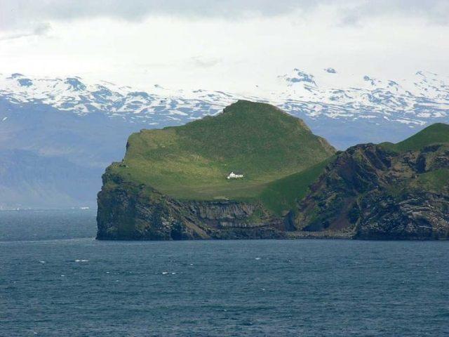 https: img.okezone.com content 2020 12 15 612 2328299 ini-rumah-paling-sepi-di-dunia-berdiri-sendirian-di-pulau-terpencil-T1drcEmlCN.jpg