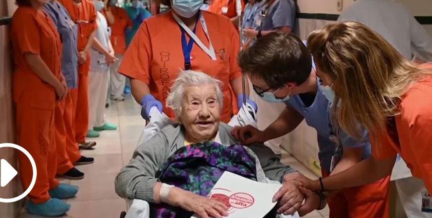 https: img.okezone.com content 2020 12 16 18 2328812 survivor-covid-19-perawat-tepuk-tangan-sambut-kesembuhan-nenek-104-tahun-sdHWDEL5BP.JPG