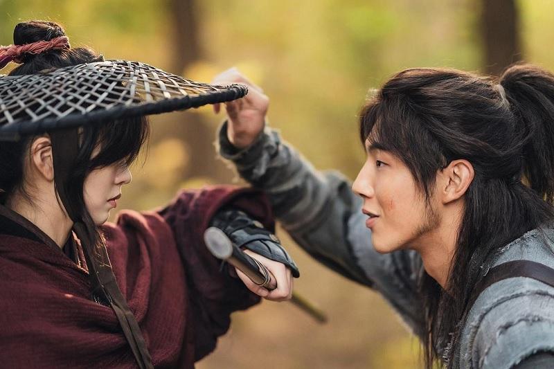 https: img.okezone.com content 2020 12 16 206 2328638 kim-so-hyun-gagah-ji-soo-manis-di-poster-karakter-river-where-the-moon-rises-paJBNc5kgJ.jpg