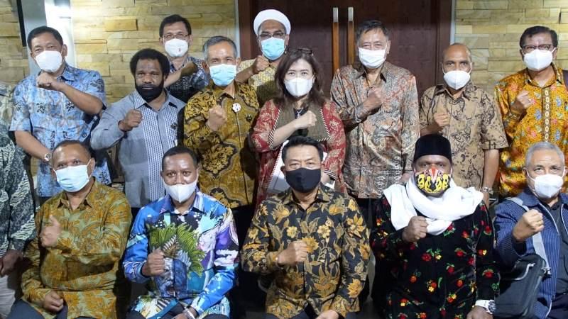 https: img.okezone.com content 2020 12 16 337 2329002 temui-moeldoko-tokoh-agama-papua-ingin-adanya-perdamaian-abadi-rntgD5cj3G.jpg