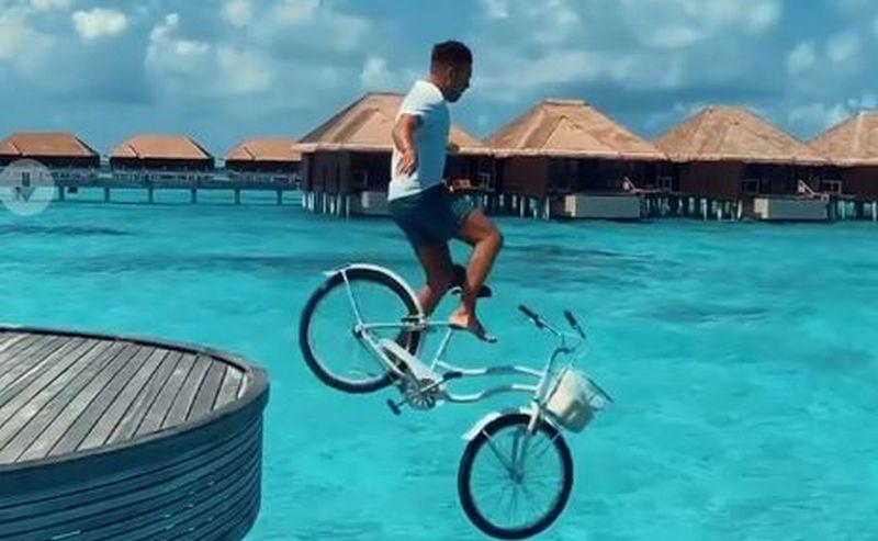 https: img.okezone.com content 2020 12 16 406 2328513 sebelum-viral-buang-motor-ke-laut-bali-turis-rusia-pernah-terjun-naik-sepeda-di-maldives-adk4wA5NIp.jpg