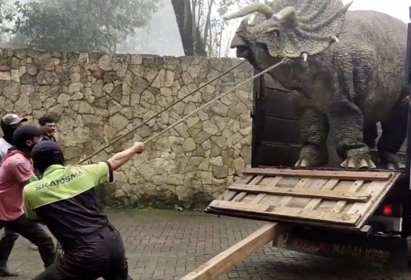 https: img.okezone.com content 2020 12 16 406 2328652 heboh-dinosaurus-dievakuasi-di-lereng-gunung-lawu-begini-fakta-sesungguhnya-WXkaWUTWri.jpg