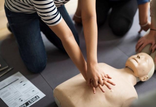https: img.okezone.com content 2020 12 16 481 2328568 lihat-orang-kena-serangan-jantung-ini-pertolongan-pertama-yang-bisa-diberikan-NA1mZThHGd.jpg