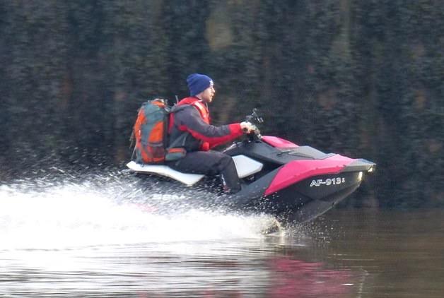 https: img.okezone.com content 2020 12 17 18 2329618 bucin-pria-ini-lintasi-laut-irlandia-dengan-jet-ski-untuk-temui-kekasih-NTkZ6PHwve.jpg