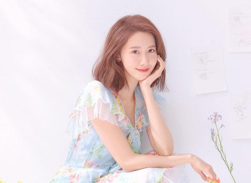 https: img.okezone.com content 2020 12 17 194 2329564 4-potret-yoona-snsd-pakai-dress-motif-floral-cantik-bak-bidadari-XfxbOX9WOM.jpg
