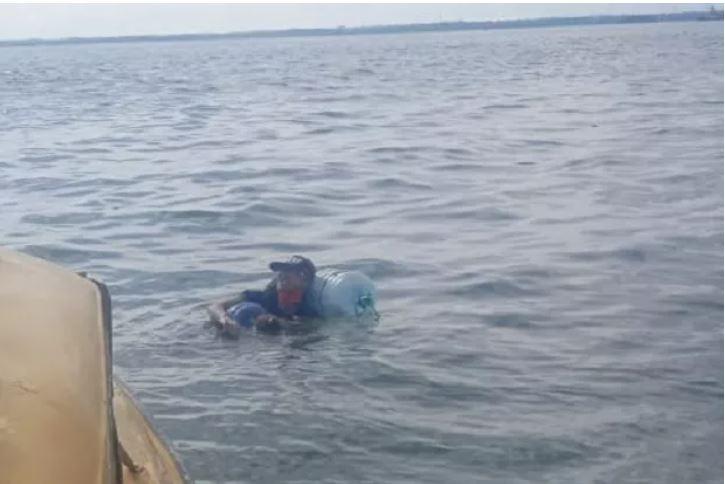 https: img.okezone.com content 2020 12 17 340 2329117 pria-yang-nekat-berenang-balikpapan-malang-pakai-galon-akhirnya-dibelikan-tiket-pulang-JVb3jjcEqI.JPG