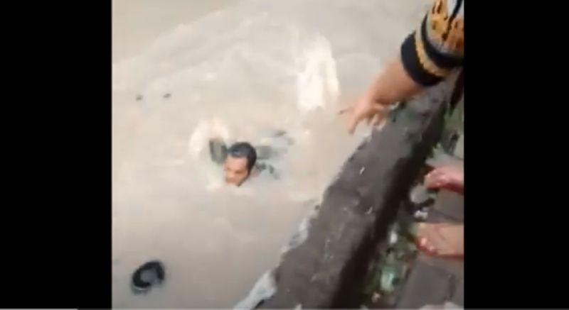 https: img.okezone.com content 2020 12 17 519 2329432 penuh-histeris-detik-detik-penyelamatan-anak-7-tahun-terseret-arus-sungai-XXBUv08NsB.jpg
