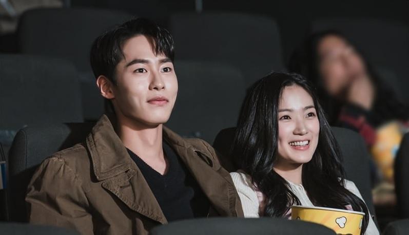 https: img.okezone.com content 2020 12 17 598 2329673 jadi-cameo-lee-jae-wook-dan-kim-hye-yoon-pacaran-di-true-beauty-RiX3NlacG3.jpg
