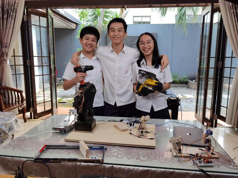 https: img.okezone.com content 2020 12 17 65 2329641 tim-pelajar-indonesia-raih-emas-di-kompetisi-robot-dunia-wCXOGzRl4a.jpg
