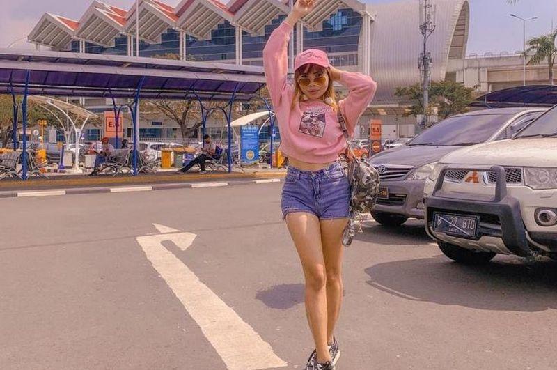https: img.okezone.com content 2020 12 18 194 2330418 pakai-tanktop-dan-celana-pink-begini-gaya-istri-baru-kiwil-B2gjDYl859.jpg