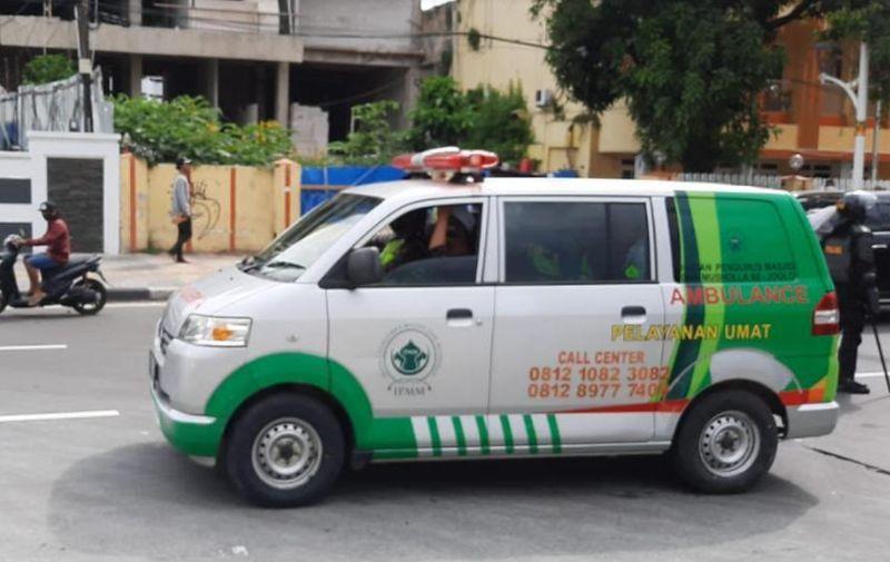 https: img.okezone.com content 2020 12 18 338 2330220 polisi-amankan-ambulans-pemasok-makanan-ke-massa-aksi-1812-A6xH9Ajf1v.jpg