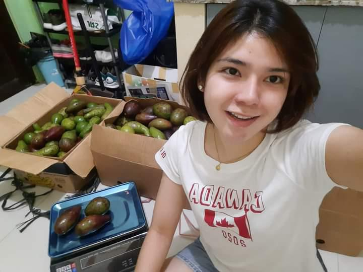 https: img.okezone.com content 2020 12 18 406 2330347 kisah-pramugari-cantik-jadi-penjual-alpukat-demi-keluarga-zucOmjWbru.jpeg