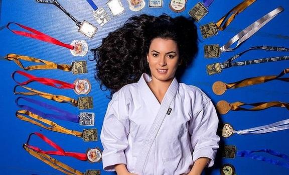 https: img.okezone.com content 2020 12 18 43 2329859 melihat-pesona-maria-carolline-karateka-cantik-dari-brasil-KIdudDTgIC.jpg