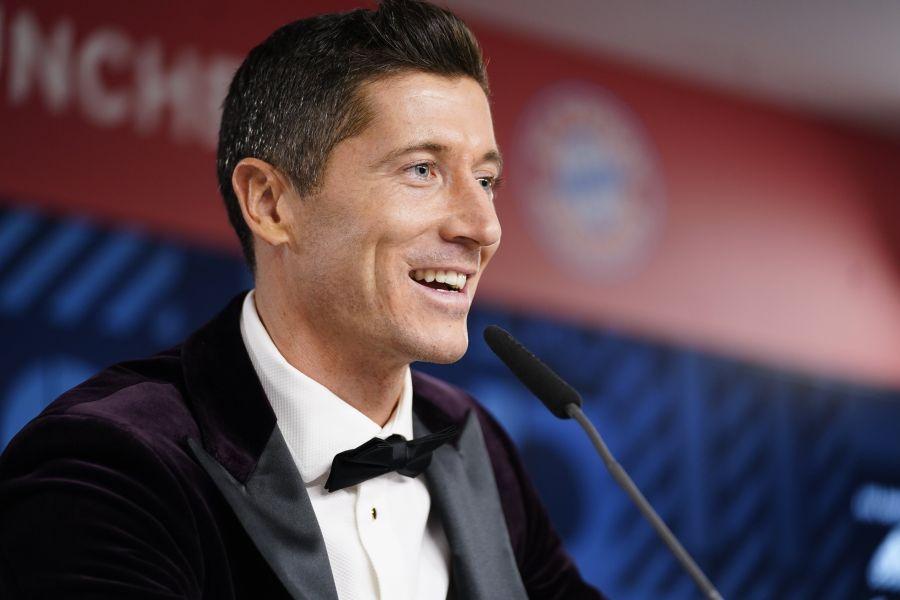 https: img.okezone.com content 2020 12 18 51 2329983 sampai-rumah-lewandowski-langsung-tidur-bareng-trofi-pemain-terbaik-fifa-2020-hDiBz7OnBA.jpg