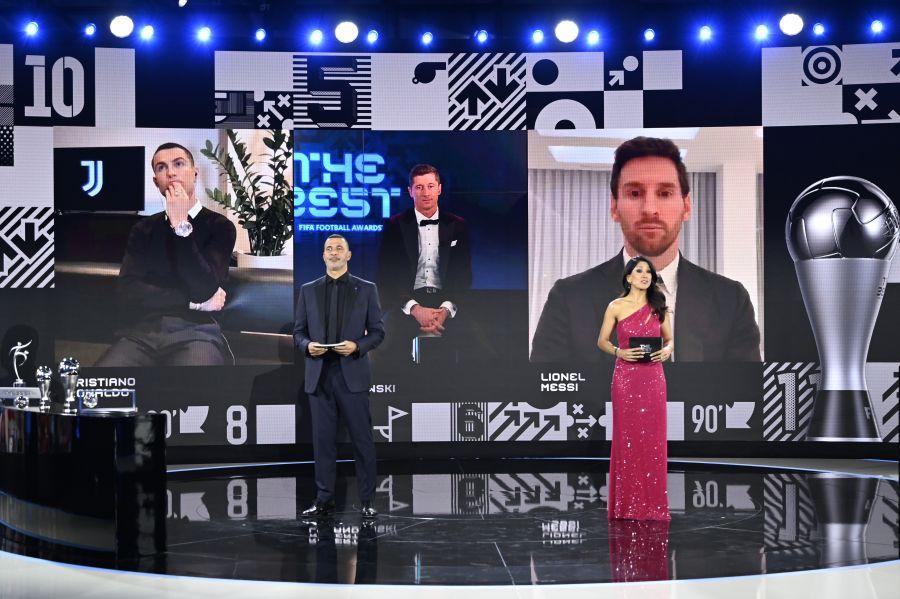 https: img.okezone.com content 2020 12 18 51 2330096 jadi-pemain-terbaik-fifa-2020-lewandowski-senang-sejajar-dengan-dua-goat-6NEOHzd17O.jpg
