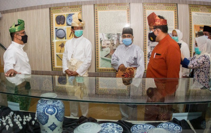 https: img.okezone.com content 2020 12 18 620 2330387 resmi-dibuka-museum-raja-ali-haji-tampilkan-sejarah-batam-sejak-era-kerajaan-owGbFBPaA0.jpeg