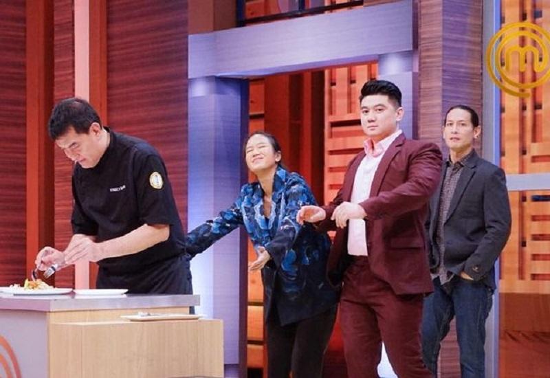 https: img.okezone.com content 2020 12 19 298 2330764 masterchef-indonesia-chef-arnold-colong-makanan-peserta-saat-panik-MtVYkwuKjV.jpg