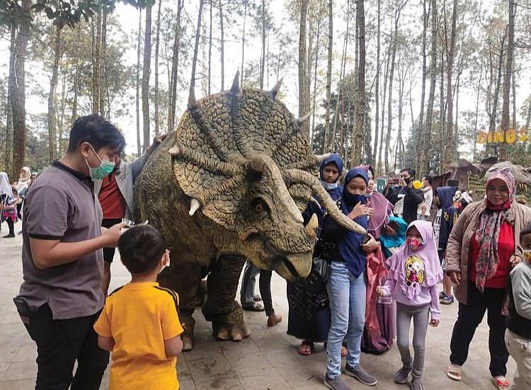 https: img.okezone.com content 2020 12 19 406 2330681 atraksi-dinosaurus-viral-turun-dari-truk-ditampilkan-di-mojosemi-forest-park-JgLBd51r3n.jpg