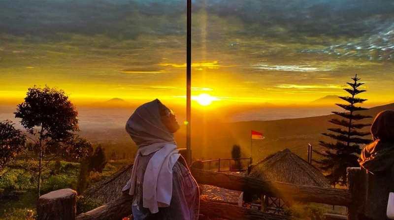 https: img.okezone.com content 2020 12 19 408 2330718 menikmati-pesona-golden-sunrise-dengan-7-puncak-gunung-di-temanggung-FF217tHxnd.jpg