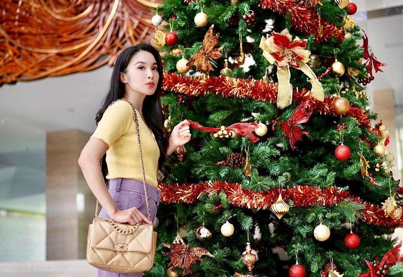 https: img.okezone.com content 2020 12 20 194 2330856 5-potret-cantik-sandra-dewi-foto-bersama-pohon-natal-Av33EHRwdk.jpg