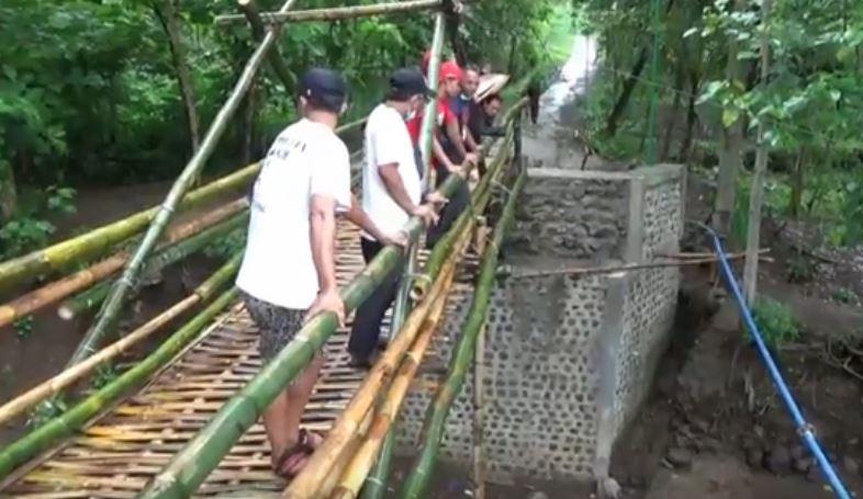 https: img.okezone.com content 2020 12 20 408 2330950 viral-jembatan-bambu-rp200-juta-di-ponorogo-jadi-objek-wisata-dadakan-bTw7Io9oHi.JPG