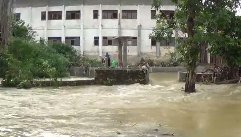 https: img.okezone.com content 2020 12 20 519 2330824 hendak-ambil-sandal-2-bocah-perempuan-tewas-tenggelam-di-sungai-K64xB6hdKx.jpg