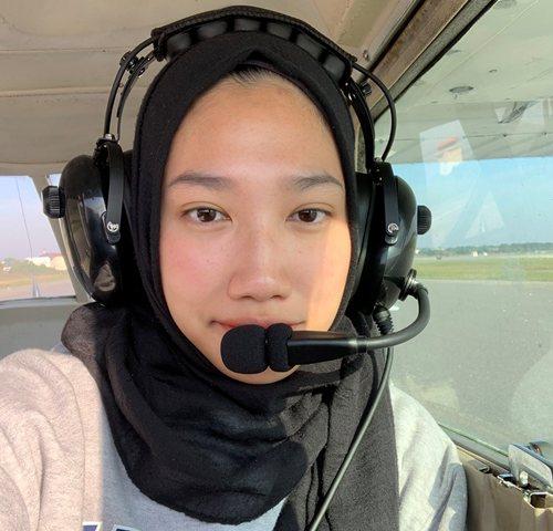 https: img.okezone.com content 2020 12 20 612 2331177 inspiratif-gadis-cantik-berhijab-ini-jadi-calon-pilot-di-amerika-AapmNWNt3G.jpg